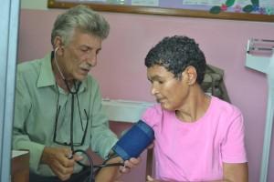 O cardiologista Antônio Frederico Neto realizando aferição de pressão_2