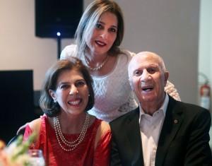 O aniversariante Dr. Luiz Rassi comemorou 96 anos. Suas filhas Magda e Lígia Rassi - ao centro - receberam os convidados.