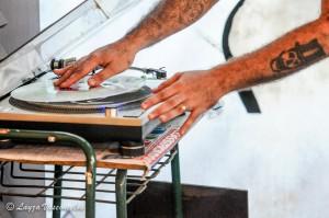 Oscar Fortunato manipula um disco de vinil_Foto de Layza Vasconcelos