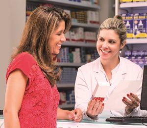 Nirlene Borges dos Santos farmacêutica da Santa Marta orienta a cliente