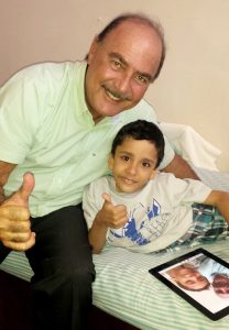 Foto 2 - Zacharias Calil e Heitor Brandão durante a primeira visita de revisão após a cirurgia de separação (Crédito para foto - Arquivo Pessoal)