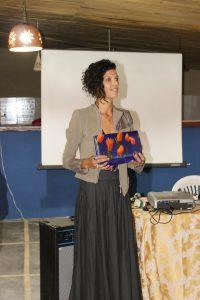 A estilista Su Martins com o modelo de carteira a ser produzida_Créditos - Renata Soares
