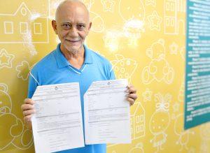 Foto 1 - O recepcionista Bernadino Barros exibe com orgulho as duas cartas de elogio recebidas