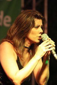 A cantora Christina Guedes faz show no projeto Palco Bougainville