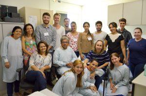 Foto 2 - Os visitantes e parte da equipe do Cerfis